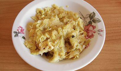 Piatto di crauti pronti per essere mangiati