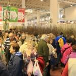 Fiera di Vita in Campagna 2016 Montichiari Brescia Lago di Garda – Corridoio con visitatori che comprano piante da frutto