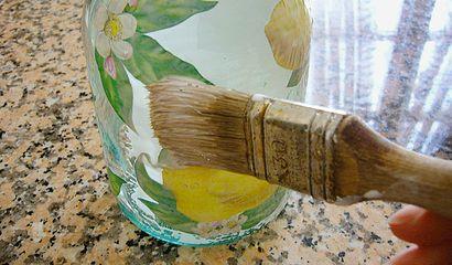 Come decorare una bottiglia per i liquori fatti in casa -5 colla sulla bottiglia