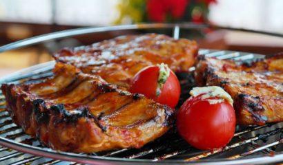 carne-alla-brace-barbecue-vita-in-campagna-giardino-amici