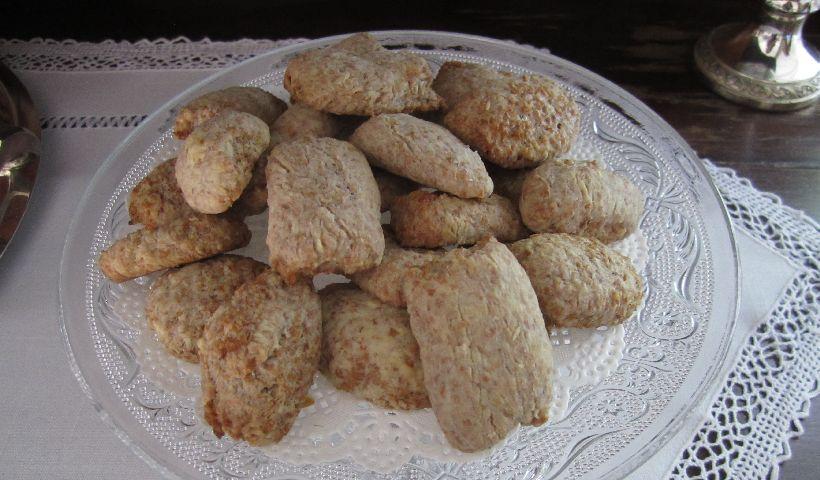affettare i biscotti di crusca di frumento
